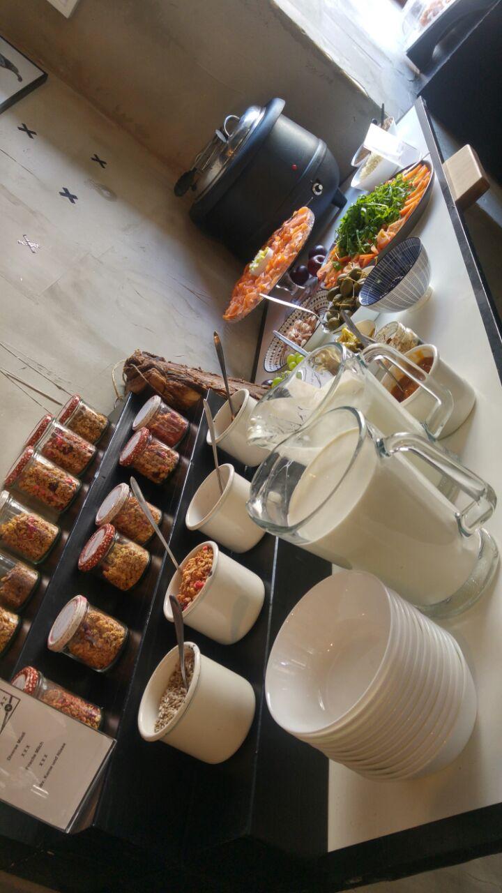 Teil des Frühstücksbuffets im Café Mitte.