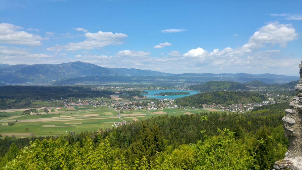 Ein Blick vom Berg auf den wunderschönen Faaker See in Kärnten. Sommerpläne sind bereit umgesetzt zu werden!