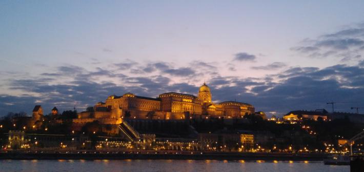 Blick über die Donau auf Budapest in der Abenddämmerung.