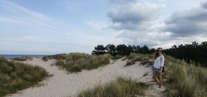 Autorin auf einer Sanddüne mitten im Nirgendwo. Rundum nur Sand und leichter Graswuchs.