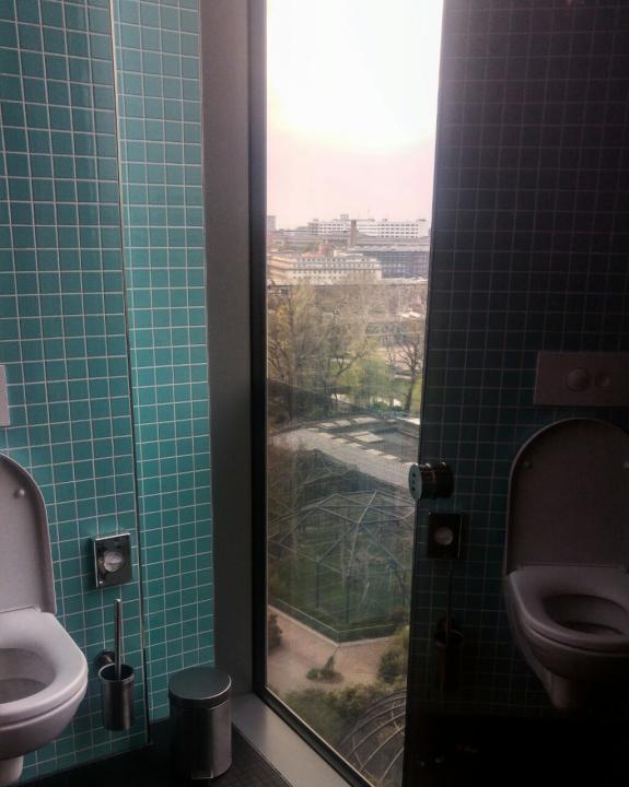 Ausblick auf den Berliner Zoo von der Toilette im Neni.
