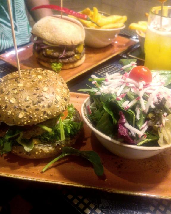Peter Pane Burger mit Salat und Pommes.