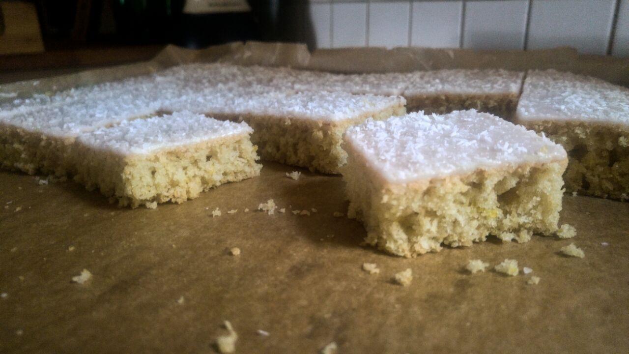 Saftiger und frischer Kokos-Zitronen-Blechkuchen mit Zuckerguss.