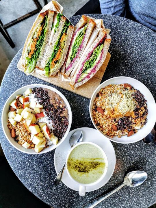 """Frühstückshimmel im """"My Goodness"""" in Berlin. Zweimal Bowl und zweimal Sandwich mit Matcha Latte."""