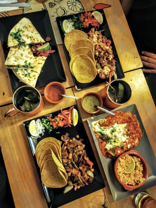 Santa Maria Mexican Diner - vier Hauptgerichte: Tacos, Arepa, Tortilla und Quesadilla.